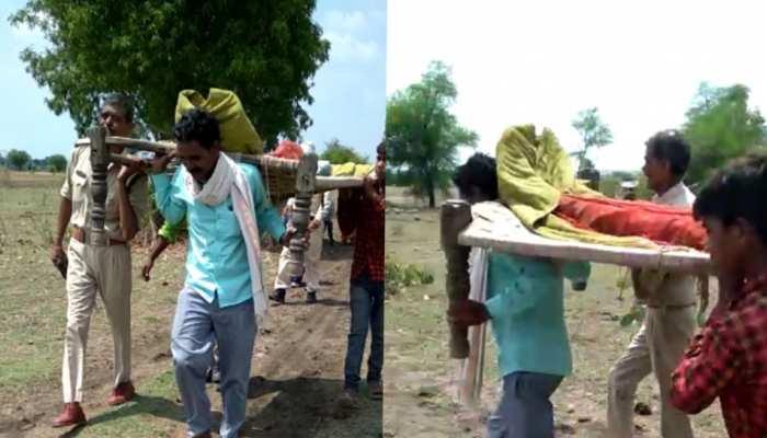 भोपालः गांव में जाने के लिए नहीं थी सड़क, तो शव को कंधे पर लेकर अस्पताल पहुंची पुलिस