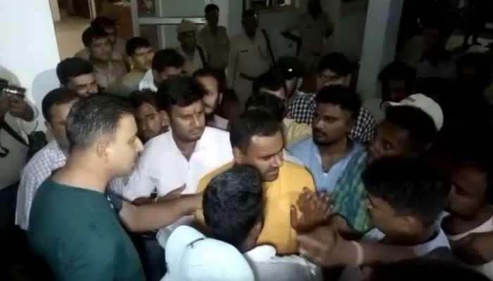 UP: वाहन चेकिंग के दौरान BJP नेता की पुलिस से हुई झड़प, कार्यकर्ताओं ने थाने में किया हंगामा