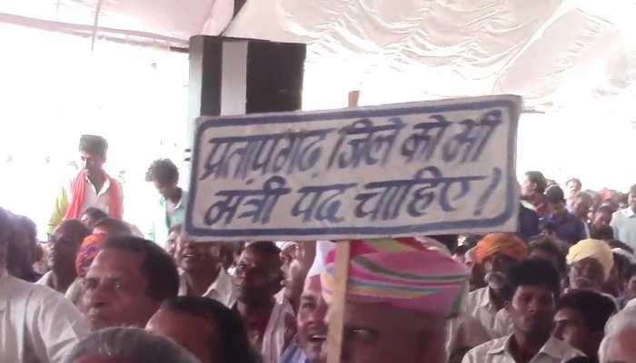 प्रतापगढ़ में सीएम गहलोत की सभा के दौरान लगाई गई तख्ती, मंत्री पद की हुई मांग