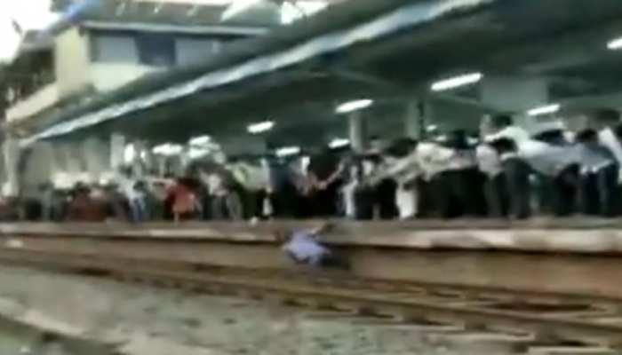 VIDEO: पटरी पार कर रहा था युवक, अचानक तेज रफ्तार से आ गई ट्रेन और फिर....
