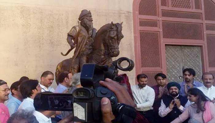 लाहौर किले में महाराज रणजीति सिंह की आदम कद प्रतिमा का अनावरण