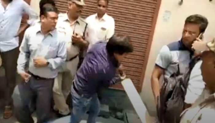 BJP विधायक आकाश विजयवर्गीय ने बैट से जिस निगम अधिकारी की पिटाई की, वह ICU में भर्ती