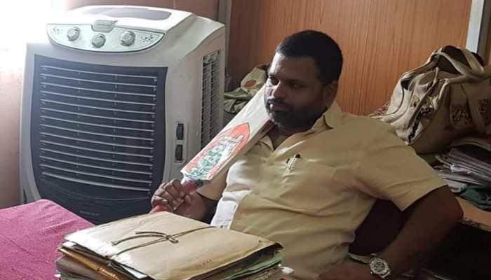 आकाश विजयवर्गीय का समर्थन, क्रिकेट बैट लेकर दमोह नगरपालिका पहुंचे भाजयुमो उपाध्यक्ष