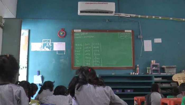 गुजरात: कभी गांव के जिस सरकारी स्कूल में की थी पढ़ाई, अब उसी की हर कक्षा में लगवाए AC