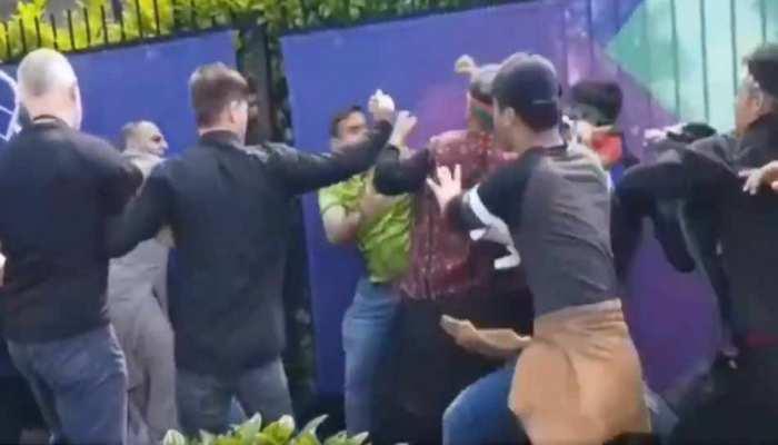 VIDEO: अंदर चल रहा था PAKvsAFG का मैच, स्टेडियम के बाहर फैंन्स में चले लात-घूंसे