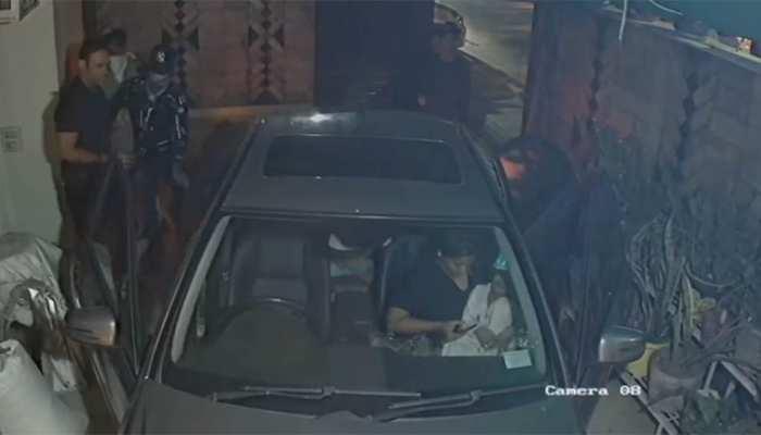 दिल्ली: मर्सडीज़ कार सवार को घर में ही बदमाशों ने लूटा, वारदात सीसीटीवी में रिकॉर्ड