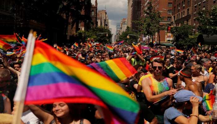 न्यूयॉर्क में दिखी LGBT समुदाय की एकजुटता, परेड में शामिल हुए शहर के मेयर