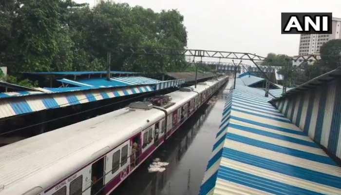 लगातार बारिश से बिगड़े मायानगरी मुंबई के हालात, सेंट्रल लाइन पर CST से ठाणे की रेल सेवा ठप्प