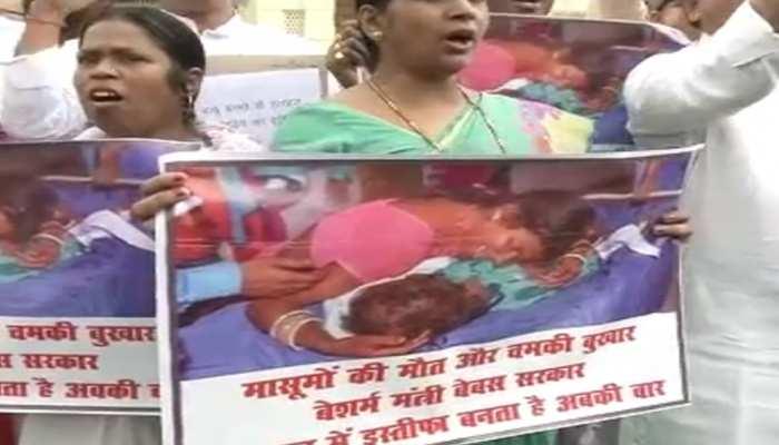 बिहार : मंगल पांडेय के इस्तीफे पर अड़ी RJD, विधानसभा परिसर में विरोध-प्रदर्शन
