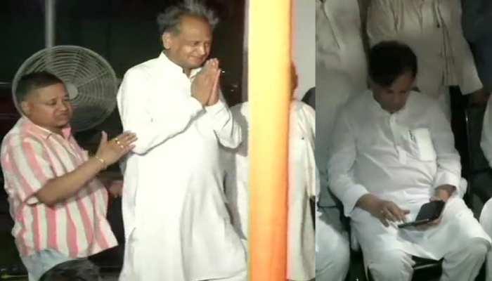 धरने पर बैठे कार्यकर्ताओं से मिले अशोक गहलोत, कहा - राहुल अपना इस्तीफा वापस लें