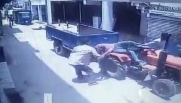 मजदूरों की आपसी लड़ाई CCTV में कैद, एक ने दूसरे को ट्रैक्टर से कुचला, हालत गंभीर