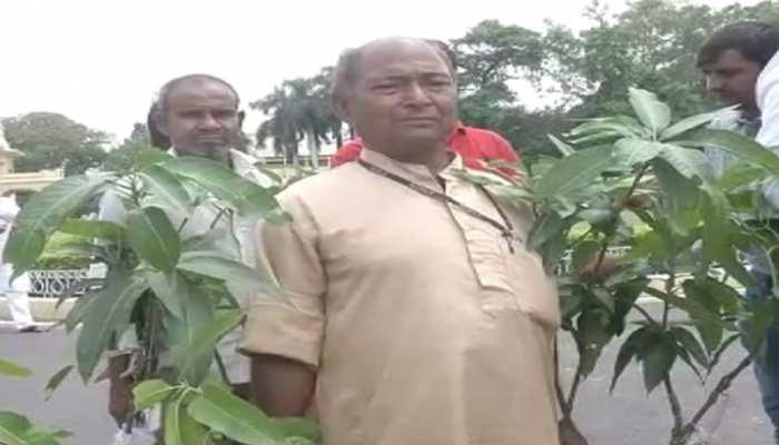 बिहार : कृषि विभाग ने विधायकों को दिए आम और पौधे, RJD ने किया लेने से इनकार