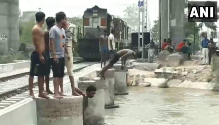 पंजाब का खतरनाक VIDEO, पुल पर आती है ट्रेन तो युवक करते हैं बेहद जानलेवा स्टंट