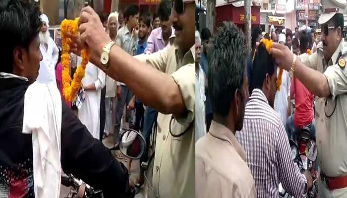 इस जिले में चला अनोखा चेकिंग अभियान, जो दिखा बिना हेलमेट, पहनाई गई फूलों की माला