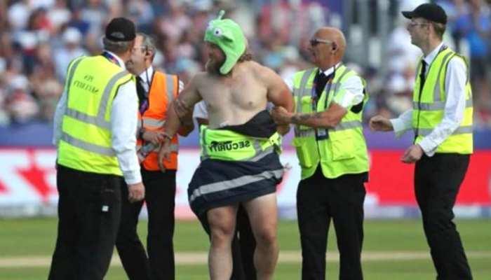VIDEO: वर्ल्डकप मैच में घुस आया नग्न व्यक्ति, पिच पर मचाया हंगामा तो सुरक्षाकर्मियों ने लपेटे अपने कपड़े