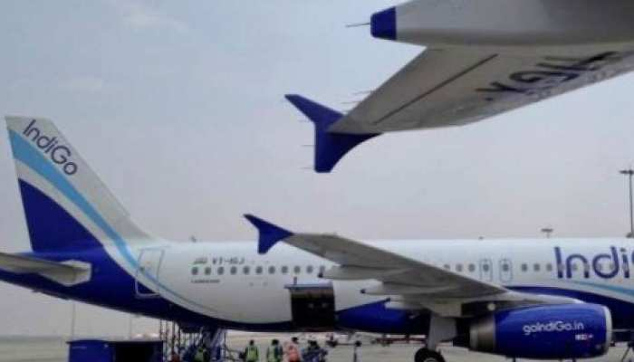 कई घंटों तक रनवे पर खड़ा रहा यात्रियों से भरा विमान, उसके बाद जो हुआ...