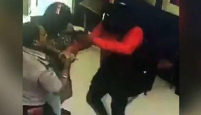 हॉलीवुड फिल्म देखकर बदमाशों ने बनाया बैंक लूटने का प्लान, VIDEO हुआ वायरल