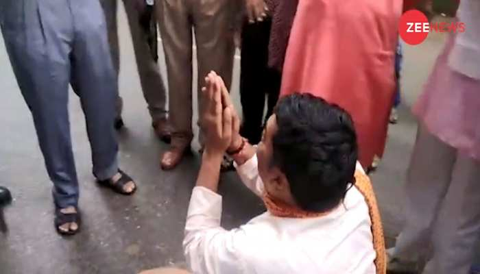 VIDEO: बीच सड़क SP का पैर पकड़ रोने लगे BJP नेता, कहा- 'साहब मेरा सम्मान चला गया'