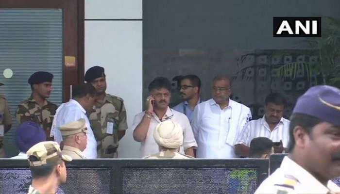 कर्नाटक: डीके शिवकुमार ने बागियों के लिए कहा, 'राजनीति में एक साथ जन्मे हैं, साथ मरेंगे'