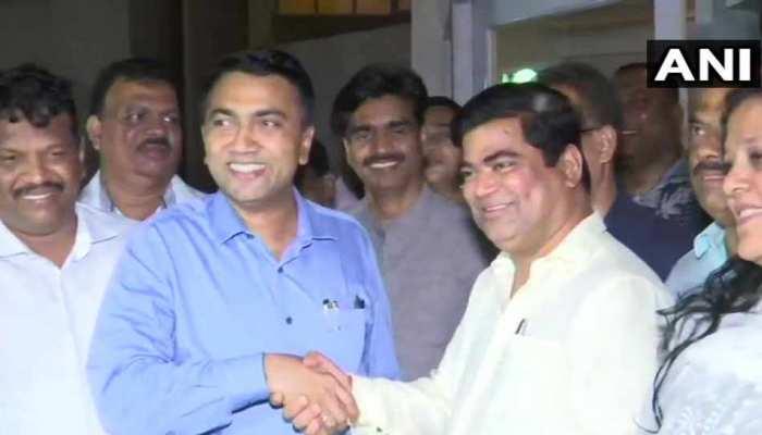 कर्नाटक के बाद अब गोवा में कांग्रेस को बड़ा झटका, 10 विधायक बीजेपी में शामिल
