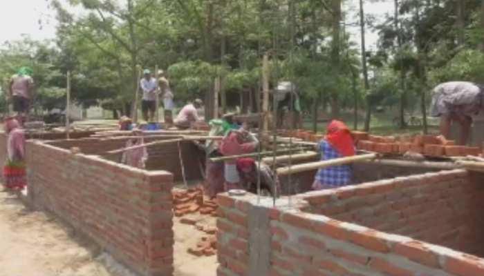 बगहा : आदिवासी बहुल इस गांव में श्रमदान और चंदा से हो रहा है स्कूल भवन का निर्माण