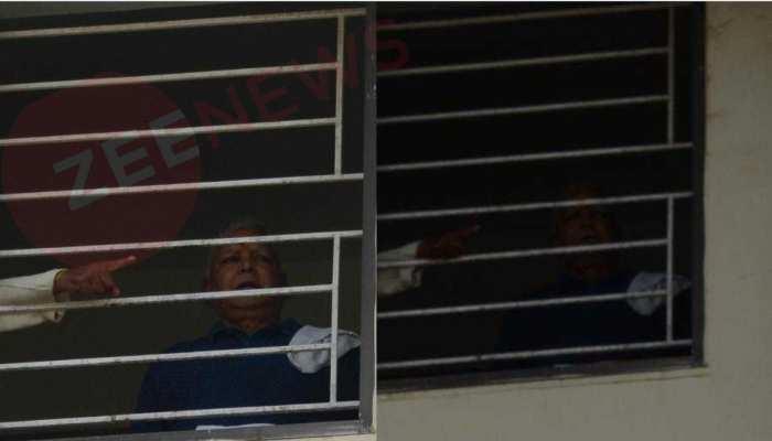 लंबे समय के बाद सामने आई लालू यादव की तस्वीर, रिम्स की खिड़की से किया अभिवादन
