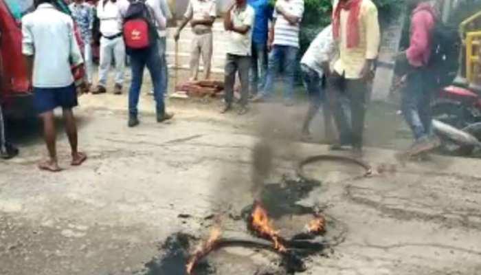 भोजपुर: जर्जर सड़क को लेकर भड़का गुस्सा, लोगों ने किया जाम