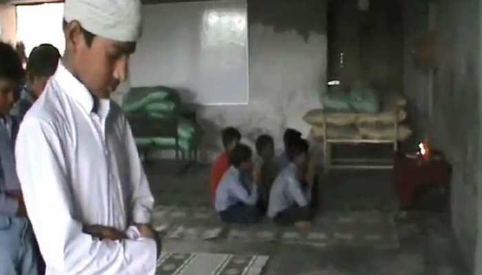 मदरसे का नाम है चाचा नेहरू, एक ही कमरे में बच्चे करते हैं पूजा और पढ़ते हैं नमाज