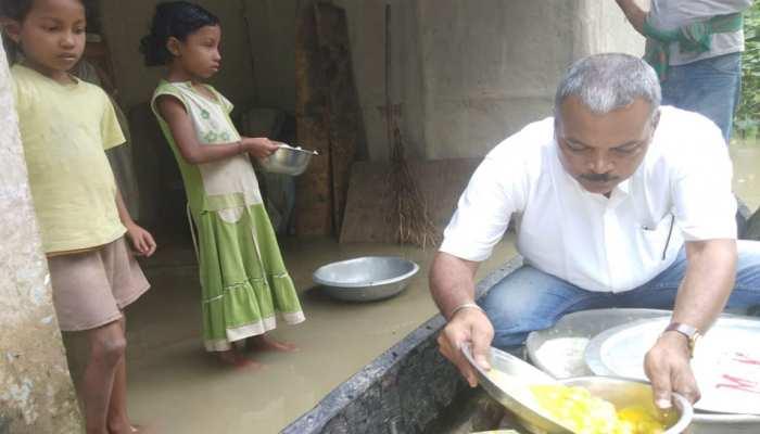 असम के इस MLA ने बाढ़ पीड़ितों के लिए बनाया किचन, खुद परोसते हैं खाना