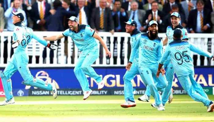 VIDEO: जश्न मनाने के लिए जैसे ही खुली शैंपेन, भाग खड़े हुए इंग्लैंड के ये खिलाड़ी