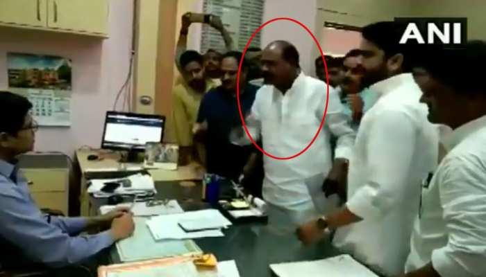 Video: SDM के चैंबर में घुसकर BJP विधायक ने जमाई धौंस, बोले- 'अभी तुम नए हो'