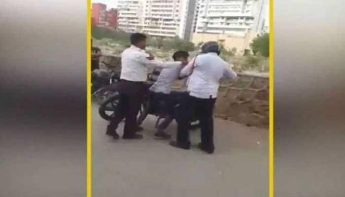 नशे में धुत युवकों ने ट्रैफिक पुलिस से की बदसलूकी, VIDEO हुआ वायरल