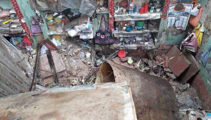गाजियाबाद: तेज बारिश में भरभरा कर गिरी घर की छत, मलबे में दबे 5 लोग