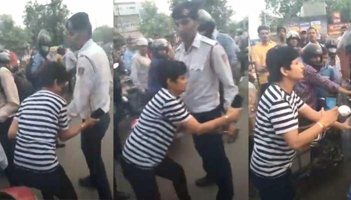 VIDEO: नशे में धुत महिला ने ट्रैफिक पुलिस के साथ की बदसलूकी, लोगों ने रास्ता रोककर बनाया वीडियो