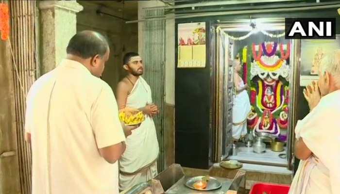 कर्नाटकः एक तरफ SC में हो रही थी सुनवाई, दूसरी तरफ भगवान के सामने हाथ जोड़े खड़े थे CM कुमारस्वामी