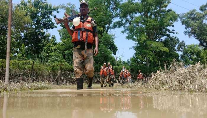 बाढ़ में भी मुस्तैद हैं BSF के जवान, सीमा पर चौकसी के साथ चला रहे रेस्क्यू ऑपरेशन