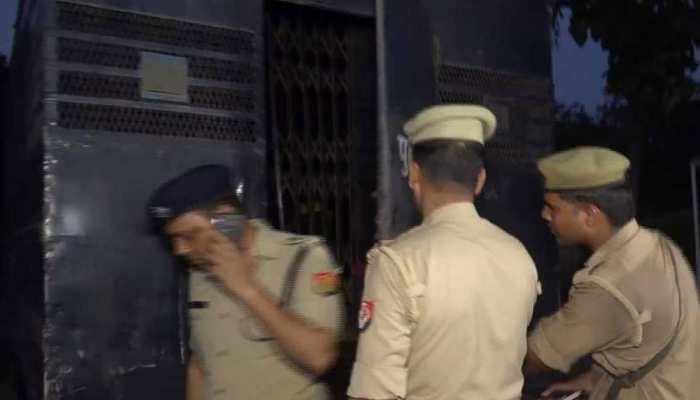 पुलिसवालों की आंखों में कैदियों ने झोंकी मिर्च फिर मारी गोली, रायफल लूटकर हुए फरार