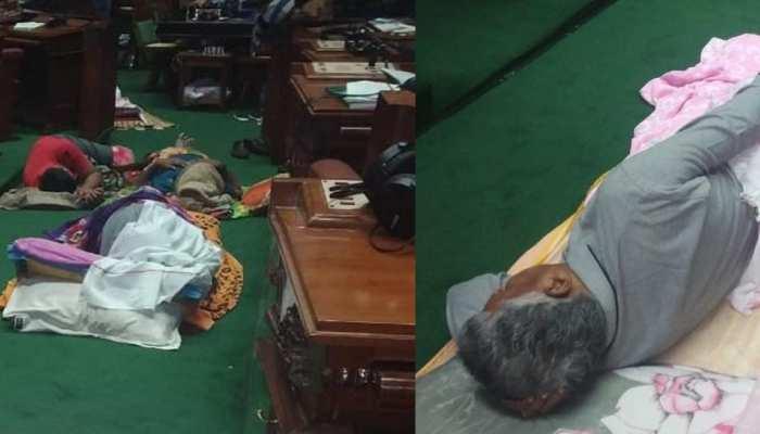 कर्नाटक संकट: फ्लाेर टेस्ट पर अड़ी बीजेपी, विधायक विधानसभा में सोये, आज क्या करेंगे कुमारास्वामी!