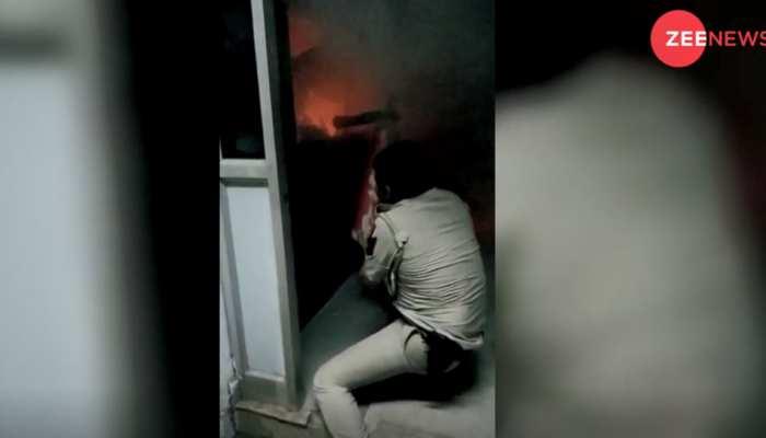 VIDEO: धू-धूकर जल रही थी दुकान, ऊपर घर में फंसे थे लोग, पुलिसकर्मियों ने दिखाया दम