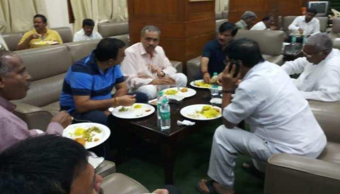 रात भर विधानसभा में धरना दे रहे BJP विधायकों के लिए कांग्रेस ने मंगाया था खाना!