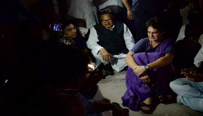 VIDEO: गेस्ट हाउस में बिजली गुल,अंधेरे में धरने पर बैठीं प्रियंका, सोनभद्र पीड़ितों से मिलने पर अड़ीं