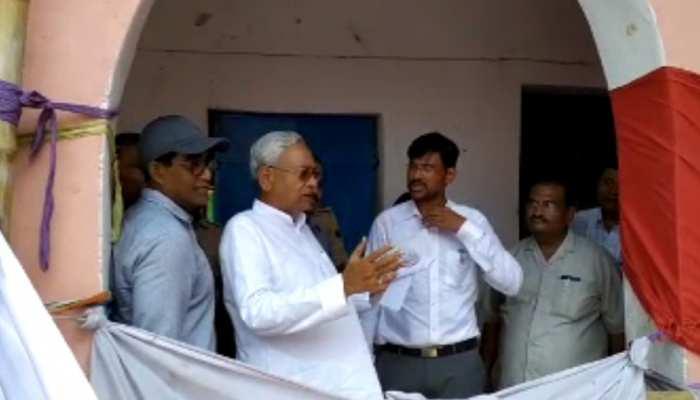 दरभंगा में सीएम नीतीश कुमार ने की बाढ़ पीड़ितों से मुलाकात, आरजेडी विधायक से भी मिले