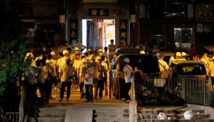 हांगकांग : नकाबपोश भीड़ ने रेलवे स्टेशन पर किया लोगों पर हमला, कई घायल