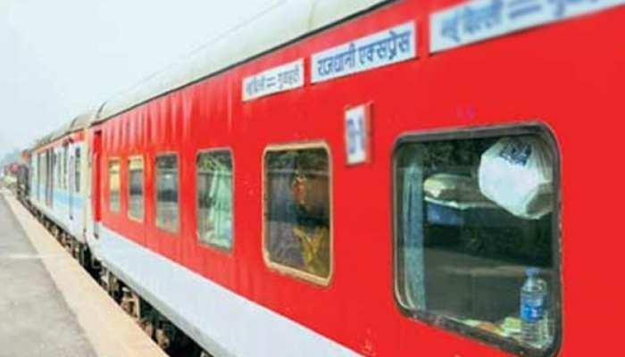 अब ट्रेनों में भी मिलेंगी विमानों जैसी 'सर्विस', IRCTC कर्मचारियों को दे रही ट्रेनिंग