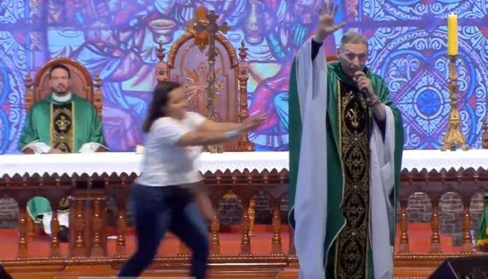VIDEO: मंच से पादरी ने हेल्दी महिला पर किया कमेंट, तभी उनपर हुआ अटैक