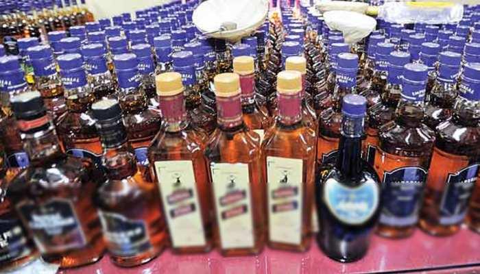 बिहार: बांका में छापेमारी में भारी मात्रा में शराब बरामद, शराब तस्कर भी गिरफ्तार