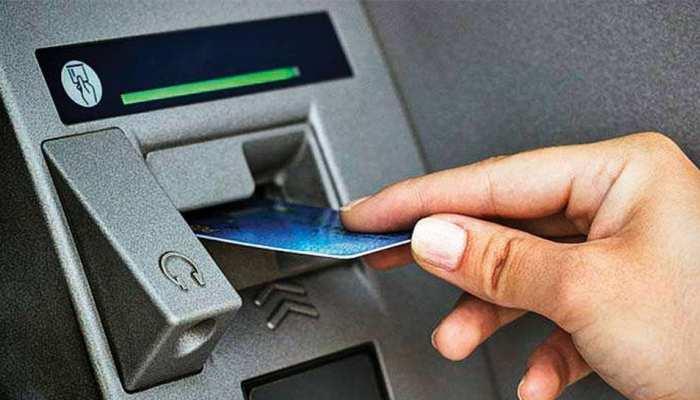 डेबिट कार्ड फ्रॉड का शिकार हुई महिला, विदेशी आरोपी को पकड़ किया पुलिस के हवाले