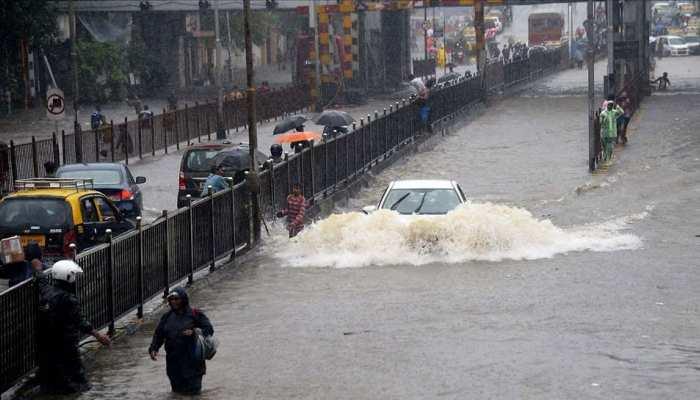 मुंबई पर काले बादलों का घेरा, कई इलाकों में आज भी हो सकती है तेज बारिश, 7 फ्लाइट्स रद्द