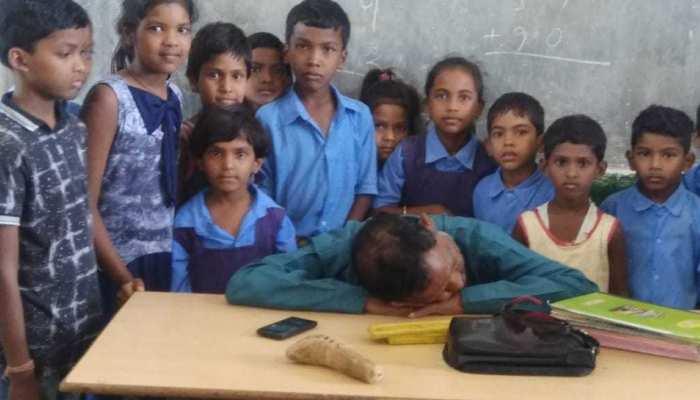 छत्तीसगढ़ः स्कूल में शराब पीकर पहुंचा शिक्षक, कुर्सी में बैठते ही मारने लगा खर्राटे