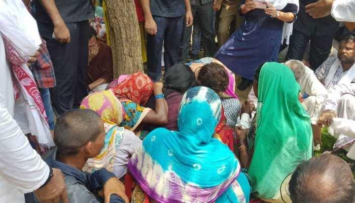सोनभद्र नरसंहारः प्रियंका गांधी के निर्देश पर उम्भा गांव पहुंचे कांग्रेस नेता, पीड़ित परिवारों को दिया चेक